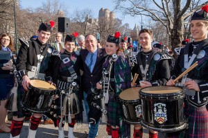 Alex Salmond in a kilt pictured with bagpipers